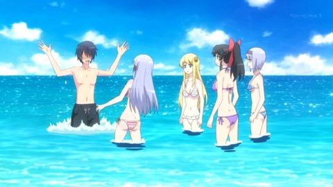 嫁たちと一緒に海で遊ぶスマホ太郎