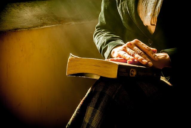 本を手に取る人