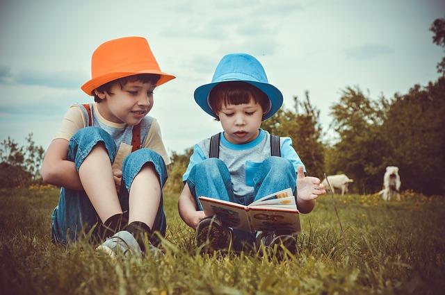 子ども同士で読書している