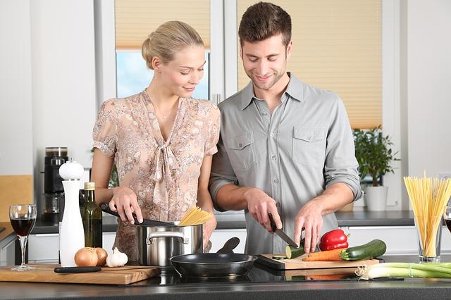 仲良くキッチンに立つ夫婦